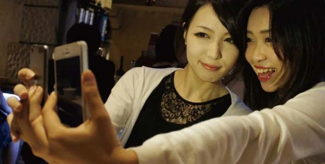 """""""自撮りは親密さの確認""""~ 「ニコイチカメラ」は友達2人で最高のセルフィー写真を撮れるペアアプリ @maskin"""
