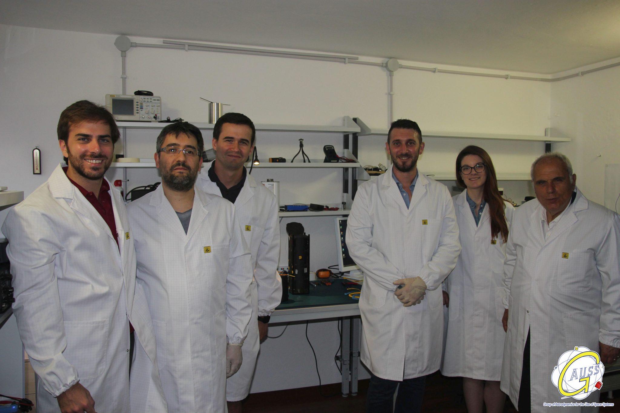 GAUSS Srlのエンジニアたち。社長のフィリッポ教授(右)と(©GAUSS Srl)