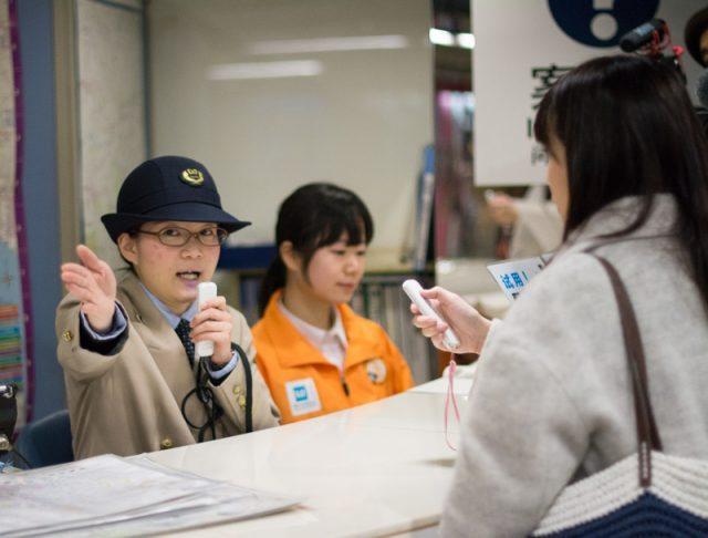 リアルほんやくコンニャクは使えるか? 東京メトロで音声翻訳デバイス「ili(イリー)」実証実験
